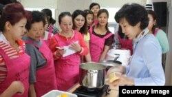 지난 25일 한국 성동구 다문화가족지원센터에서 다문화 가정 여성들을 위해 요리 등 생활 교육이 열렸다.
