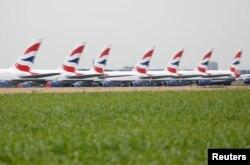 Pesawat Airbus A380 milik maskapai penerbangan British Airways, diparkir di landasan pacu bandara Marcel-Dassault di Chateauroux, Perancis, selama pandemi COVID-19, 10 Juni 2020. (Foto: dok).