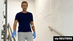 Aleksej Navalni silazi niz stepenice bolnice u Berlinu, 19. septembra 2020. (Foto: Instagram/@navalny)