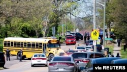 La policía responde a un tiroteo en Austin-East Magnet High School en Knoxville, Tennessee, EE. UU., el 12 de abril de 2021.