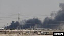 Asap hitam di sekitar ladang minyak Saudi Aramco di Abqaiq, Arab Saudi, 14 September 2019.