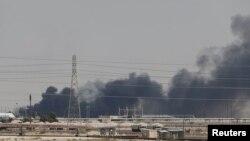 Səudiyyə Ərəbistanının Aramco neft şirkətinin obyektlərinə hücumdan sonra yanğın, 14 sentyabr, 2019.