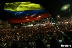 Manifestantes tocan música durante una protesta mientras continúa una huelga nacional en Bogotá, Colombia.