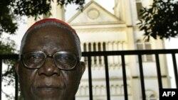 Christian Tumi, alors archevêque de Douala, devant son diocèse à Douala, le 7 octobre 2004. (Archives)
