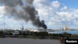 Asap hitam mengepul akibat serangan di pelabuhan Tripoli, Libya, 18 Februari 2020. (Foto: dok).