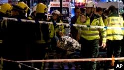 Polisi London melakukan evakuasi pada saat kecelakaan di gedung Apollo Theatre (foto: dok).