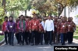 Presiden Jokowi bersama 61 tokoh Papua dan Papua Barat di pelataran Istana Merdeka, Jakaarta, 10 September 2019. (Foto: Setpres RI)