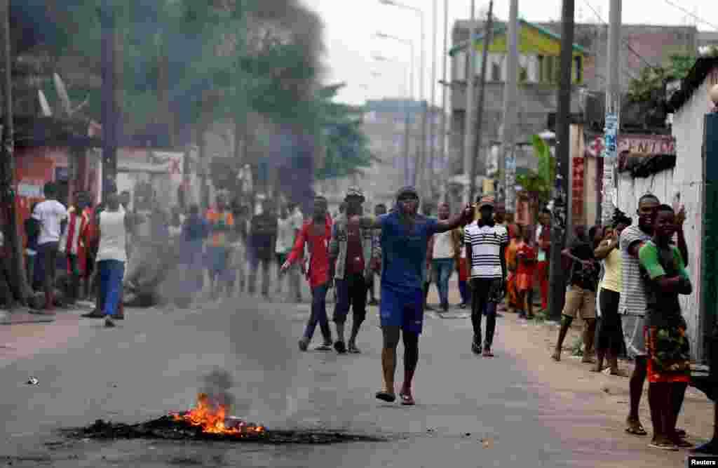 Des habitants entonnent des chants alors qu'ils mettent le feu aux barricades dans un quartier de Kinshasa, en RDC, le 20 décembre 2016.