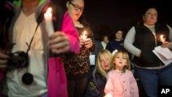 Cư dân tham dự một buổi lễ thắp nến cầu nguyện tại bãi biển West Hamilton Beach để kỷ niệm một năm sau siêu bão Sandy, ngày 28/10/2013.