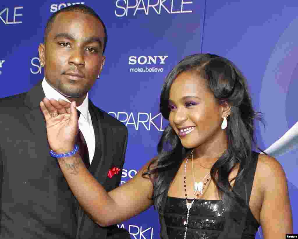 """Bobbi Kristina Brown, filha da falecida cantora Whitney Houston, com seu namorado Nick Gordon, na estreia do filme """"Sparkle""""."""