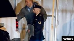 美軍陸軍一等兵布拉德利.曼寧今年2月28日離開馬里蘭州法庭。