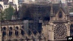 Las autoridades consideran que el fuego se debió a un accidente, posiblemente como resultado de las labores de restauración que se llevaban a cabo en el lugar, una joya arquitectónica de relevancia mundial.