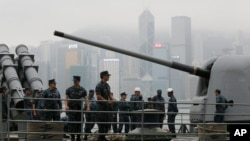 U.S. sailors of the USS Antietam (CG-54) from the George Washington Battle Group stand on the deck before sailing to the Philippines at Hong Kong Victoria Harbor, Nov. 12, 2013.