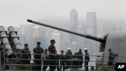 美国海军乔治华盛顿号航母战斗群的安提塔姆号导弹巡洋舰上的水兵站在甲板上。他们即将离开香港维多利亚港,赶赴菲律宾参加救灾。