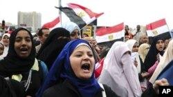 2月5日抗议者在埃及亚历山大高呼反对穆巴拉克的口号