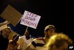 Một số người biểu tình gần địa điểm thiếu niên Brown bị bắn đã yêu cầu cách chức công tố viên McCulloch vì sợ thiên vị.