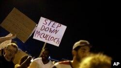 Prizor sa manjih i mirnijih protesta u Fergusonu, u četvrtak uveče, 21. avgusta 2014.