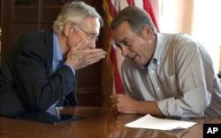 Le leader de la majorité démocrate au Sénat, Harry Reid (à gauche) et le président de la Chambre, le républicain John Boehner