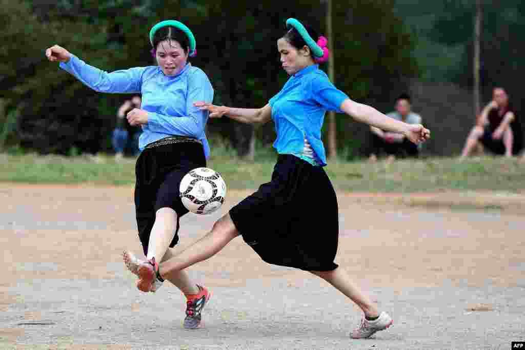 برگزاری مسابقات فوتبال دختران در ویتنام؛ اشتراککنندگان با لباسهای سنتی فوتبال کردند