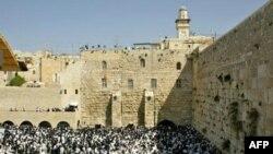 Тысячи последователей иудаизма во время молитвы у Стены плача в Иерусалиме.