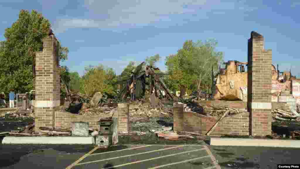 Bangunan masjid Islamic Society of Joplin luluh-lantak pasca kebakaran (6/8) (foto: Alvian Salim).