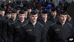 Pasukan Keamanan Kosovo berbaris dalam parade militer di ibukota Pristina untuk memperingati ulang tahun kelima negara yang menyatakan kemerdekaanya dari Serbia (foto, 17/2/2013).