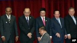 Các Bộ trưởng Ngoại giao ASEAN chụp hình lưu niệm tại Phnom Penh, Campuchia, ngày 2/4/2012