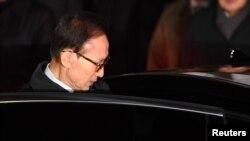 Bivđi predsednik Južne Koreje Li Mjung Bak prilikom hapšenja 23. marta