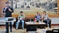 Peneliti 'Setara Institute', Ismail Hasani sedang menjelaskan tentang Indeks kinerja HAM 2015 di Jakarta, Rabu 9/12 (VOA/Fathiyah).