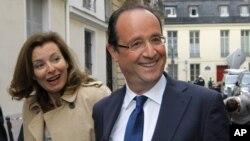 Mgombea kiti cha rais wa chama cha Socialist Francois Hollande akifuatana na mwenzake Valerie Trierweiler (kushoto) mjini Paris