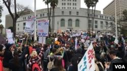 Cientos de ciudadanos se manifiestan pacíficamente frente al Ayuntamiento de Los Angeles contra Donald Trump en el Día de los Presidentes. [Foto: Arturo Martínez, VOA].