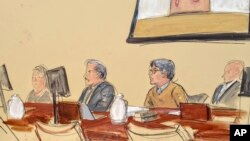 En un bosquejo del dibujante de la corte, aparece Keith Raniere, segundo desde la derecha, líder del grupo secreto NXIVM, durante su juicio en un tribunal federal en Brooklyn.
