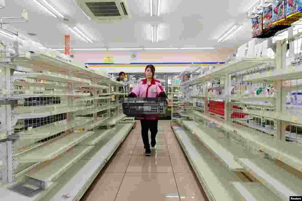 Barang-barang keperluan sehari-hari ludes di sebuah toko karena diborong warga di Kumamoto, Jepang yang baru saja dilanda gempa.