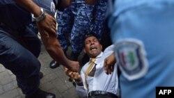 Polisi Maladewa mencoba memindahkan mantan presiden Mohammad Nasheed dalam adu fisik saat ia tiba di pengadilan di Male (23/2).