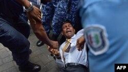 23일 몰디브 말리 법정에 도착한 모하메드 나시드 전 대통령이 경찰과 실랑이를 벌이고 있다.