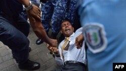 Cảnh sát Maldives cố gắng di chuyển cựu Tổng thống Mohamed Nasheed trong 1 vụ ẩu đả khi ông đến 1 tòa án ở Male, 23/2/2015.