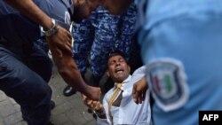 前马尔代夫总统纳希德进入法庭时,警察对他进行推搡。