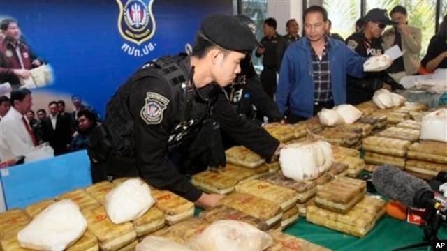 Polisi Thailand menata paket methamphetamine di atas meja sebelum konferensi pers di Bangkok, Thailand, 15 Februari 2013. (AP Photo/Sakchai Lalit)