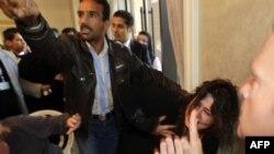 Иман аль-Обейди оттаскивают от репортеров