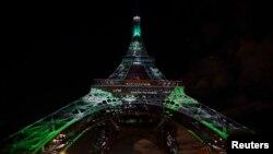 La Torre Eiffel iluminada con luces verdes como parte de los eventos por la Conferencia Mundial de Cambio Climático en diciembre de 2015.