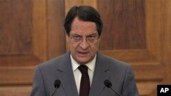 Tổng thống Sýp Nicos Anastasiades nói chuyện tại một cuộc họp báo, tại dinh tổng thống trong thủ đô Nicosia, 26/7/13