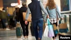 在美國賓夕法尼亞州普魯士國王購物中心,顧客們提著購物袋(2018年12月8日)。