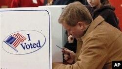 纽约州的国会众议员默非在纽约州一个中学投票