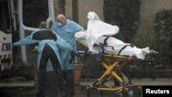 Đội ngũ y tế đang chuyển bệnh nhân nhiễm virus corona ra khỏi trung tâm dưỡng lão Life Care ở Kirkland, bang Washington, Mỹ, vào ngày 7/3/2020.