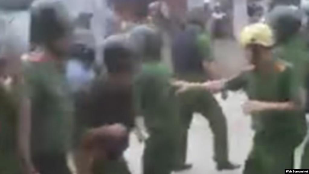 Cảnh công an tháo chạy khi bị dân làng Đồng Tâm truy đuổi.
