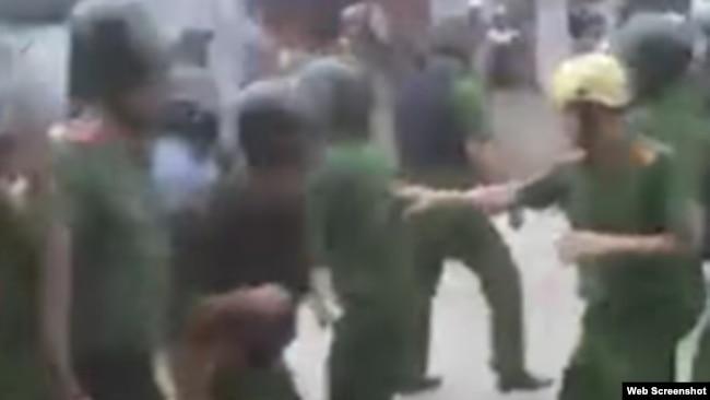 Hình ảnh công an bỏ chạy sau khi vấp phải sự kháng cự của dân làng Đồng Tâm hôm 15/4.