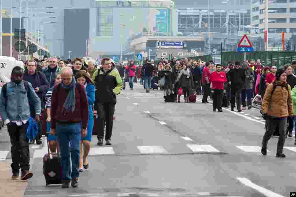 خروج جمعیت از فرودگاه بروکسل پس از انفجارهای پیاپی روز سه شنبه.