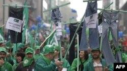 ბრიუსელის ქუჩებში ათასობით ადამიანი გამოვიდა