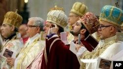 Peringatan 100 tahun pembunuhan massal warga Armenia di Basilika Santo Petrus, Vatikan di mana Paus Fransiskus ikut dalam acara ini hari Minggu (12/4).