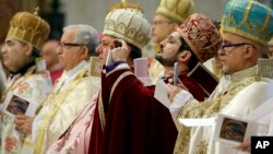 12일, 아르메니아 참극 1백 주기를 기리기 위해 성 베드로 대성당에서 열린 미사에서 아르메니아 정교 성직자들이 사진을 찍고 있다.